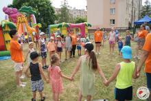 Dzieci i młodzież we wspólnej zabawie