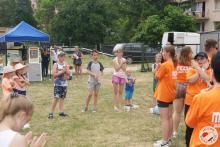 Młodziez ze świetlicy uczy dzieci pląsać
