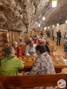 Seniorzy czekaja na obiad w restauracji Ważynek