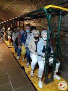 Seniorzy siedzą gotowi do odjazdu kolejką