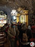 Seniorzy zwiedzaja kaplicę św. Kingi
