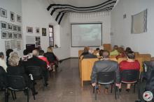 Oglądanie filmu w sali projekcyjnej